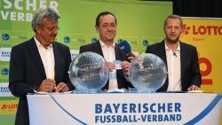 Zogen packende Partien: Verbands-Spielleiter Josef Janker (links) und Josef Müller, Vizepräsident Lotto Bayern (Mitte)