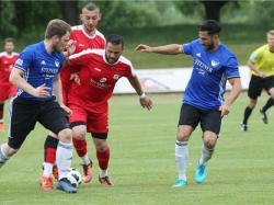 Ampfings Christian Richter (links) und Wahid Alemi versuchen den zweifach VfL-Torschützen Razvan Rivis zu stoppen.   mb