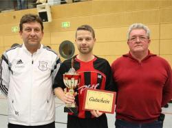Sportreferent Hans Baumgartner und der Leiter der AH Marius Klimek überreichte den Wanderpokal an Uwe Rosenauer