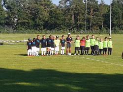 Die Mannschaften mit Schiedsrichter