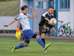 Eine 0:3-Niederlage in Waging kassierten Razvan Rivis und der VfL. Links der Waginger Hans Huber. Foto: Wukits