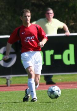 Spielertrainer Uwe Rosenauer ließ erstmalig mit einer Viererkette spielen.