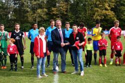 Hr. Schulz vom DFB überreicht den Scheck an Abteilungsleiter Marcus Dickow und Jugendleiterin Renate Otterbach